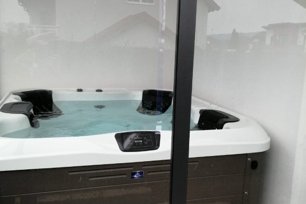Whirlpool Villeroy & Boch R6L black and white